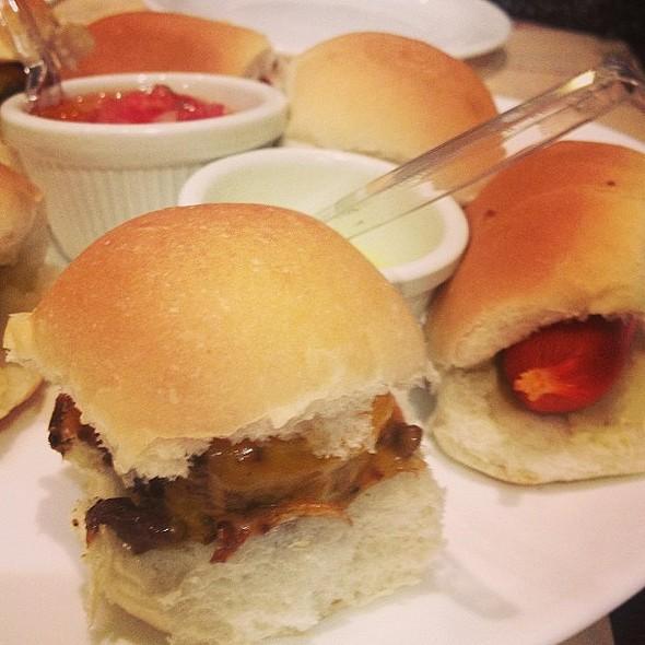 Mini burgers e mini hot-dogs... Nham nham! @ General Prime Burger