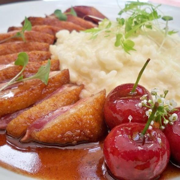 Peito de pato com redução de vinho do Porto com risoto de queijo pecorino @ Apriori Cucina Italiana