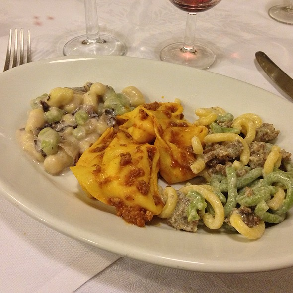 Tris Di Cappellacci Di Zucca Al Ragu, Gramigna Salsiccia E Funghi, Gnocchetti Al Radicchio