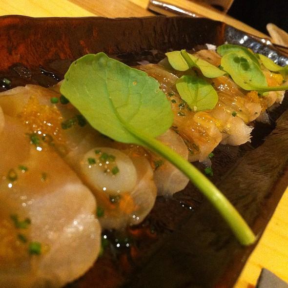Sashimi de mero, con yuzu y huevas de pez espada @ Vuelve Carolina