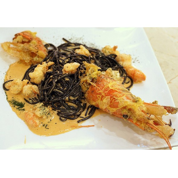 Squid Ink Spagetti With Giant Prawn In Cream Sauce