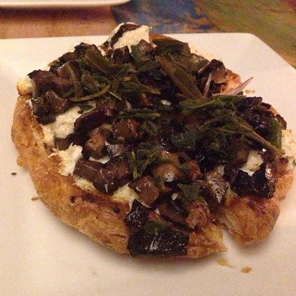 Truffle Goat Cheese Crab Pizza @ Mehtaphor