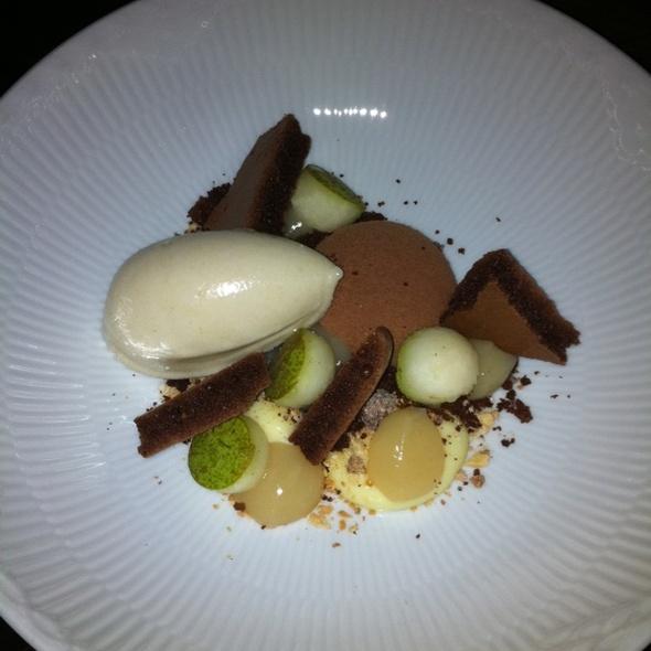 Chokolademousse, Pæresorbet  Og Frysetørret Chokokiks
