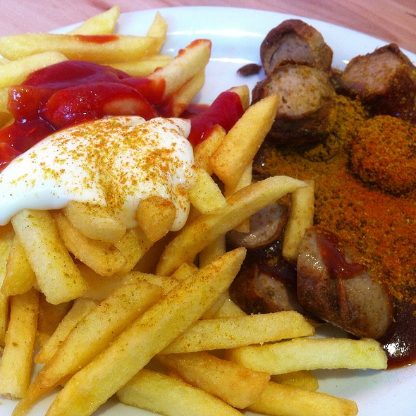 Currywurst mit Pommes @ Curry & Wurst