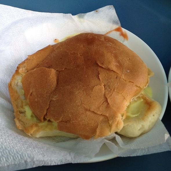Hamburguesa Con Queso Y Ensalada @ Cafe Taxco DBL