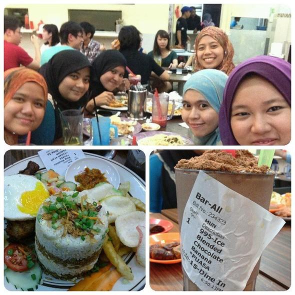 Petom Iftar 2013! With @nemomo_ @shidaroslin @pieanne_elf @intan_aziz and nad! Dont worry @nuruldoory @nadiya_yusoff nnti kte buat second round k =p