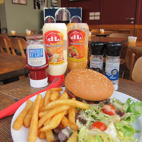 burger and fries @ Les Gens que J'aime