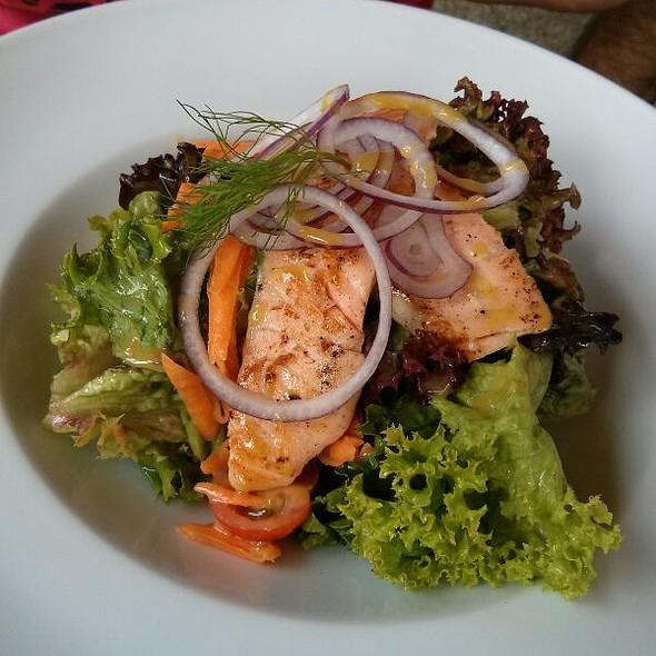 Salat S Grilovanym Lososom @ NajVacPalac - Summer Restaurant Bar