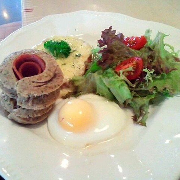 Baked Potato With Egg And Beef