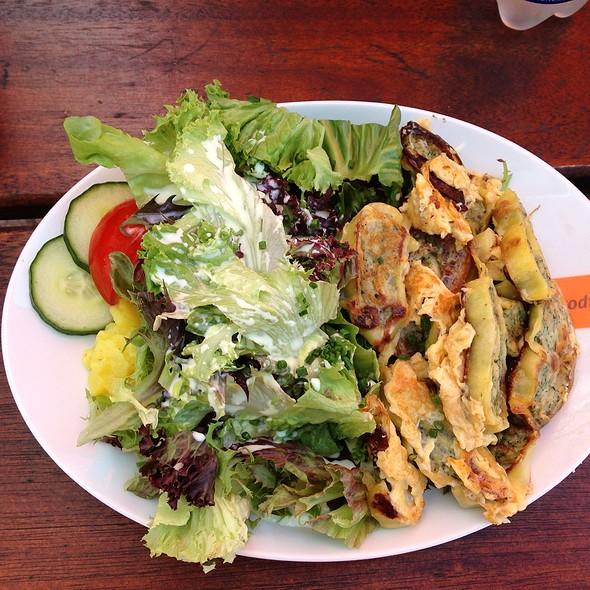 Geröstete Maultaschen Mit Ei Und Salat  @ Todi's
