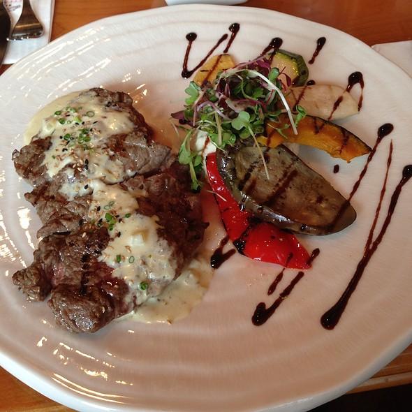 Grilled Striploin Steak In Garlic Cream Sauce With Grilled Veg @ 메리고라운드스테이크키친