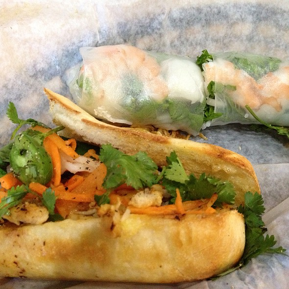 Báhn Mì Lemongrass Chicken & Shrimp Spring Roll @ Báhn Mì