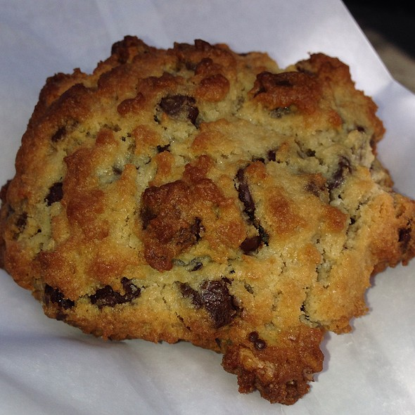 chocolate chip walnut cookie @ Levain Bakery