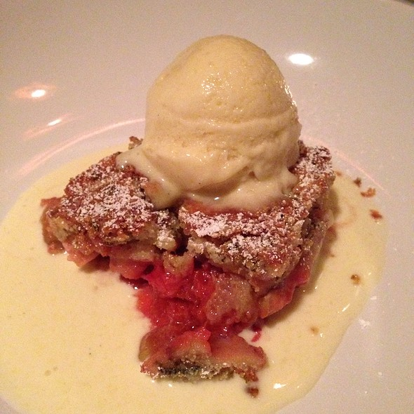 Rhubarb Lavender Crumble Pie, Strawberry Ice Cream @ Pläj