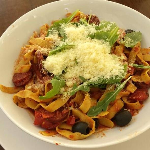 Tagliatelle con salsiccia e olive