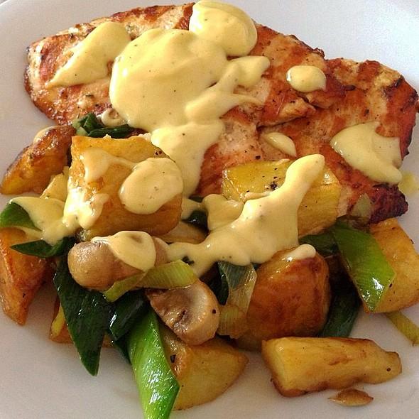 Grilled chicken with roasted potatoes, mushrooms and leeks @bredz_kuwait @souq_sharq @ BredZ