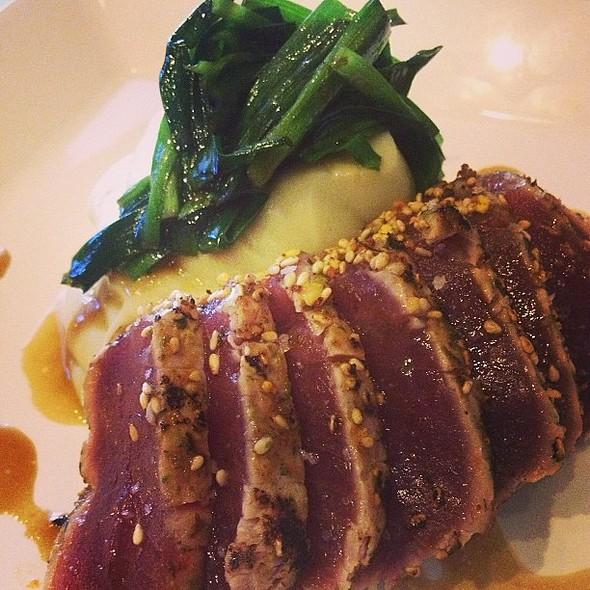 Roasted tuna com crosta de ❤furikake❤ e purê de batata doce. @ Nasai Japanese Food