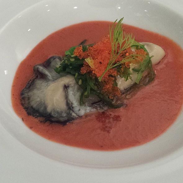 Sopa de tomate a la albahaca con ostra Guillerdau @ Alejandro del Toro