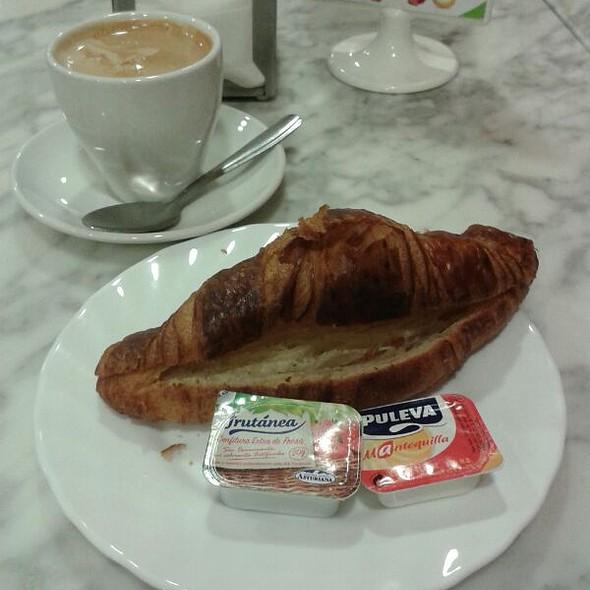 Coffe and croissant @ Granier