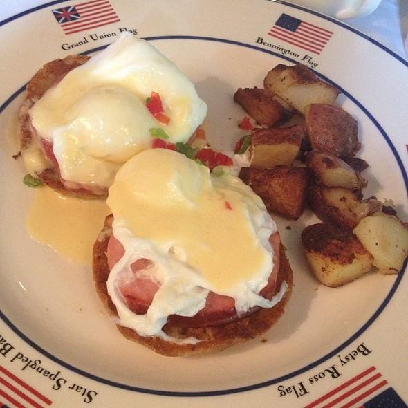 Eggs Benedict @ The American Hotel