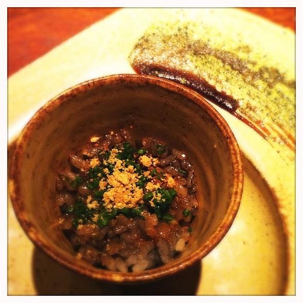 Arroz de Sushi com tinta de lula, gergelim e ciboulette com carapau passado no gengibre e shoyu. Bom pacas. @ Momotaro