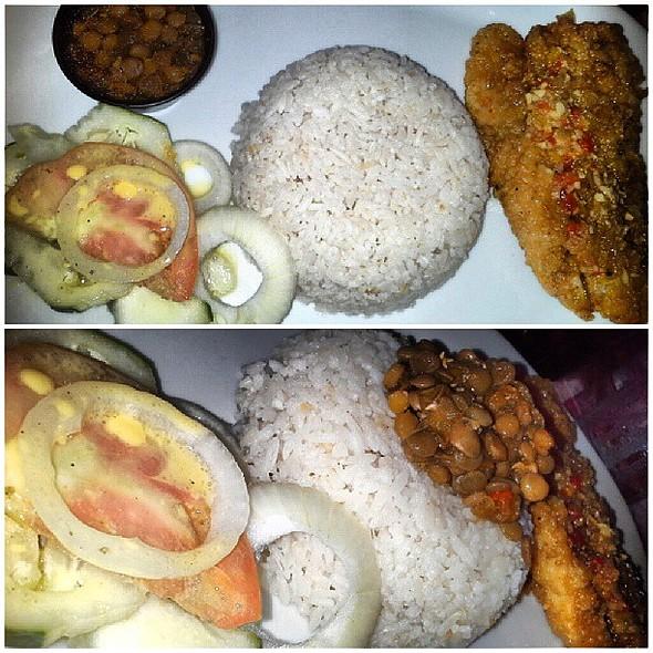 Filete apanado, arroz con coco, lentejas y ensalada