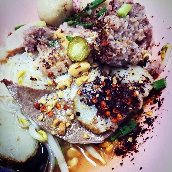 Tom Yum Noodles @ รุ่งเรือง ก๋วยเตี๋ยวหมู (Rung Ruang Noodle)