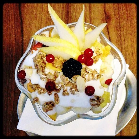 Muesli, Fruit & Yogurt