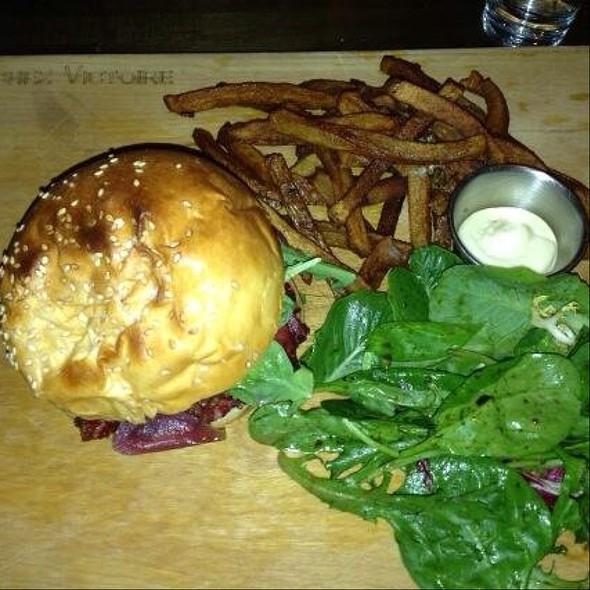 smoked meat burger - Chez Victoire, Montréal, QC