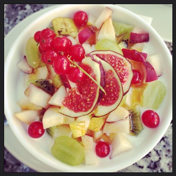 Müsli Mit Joghurt & Früchten @ Cafe Clara