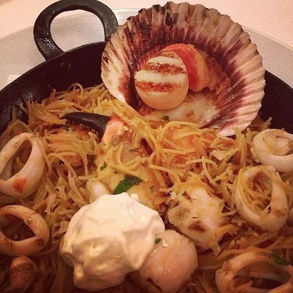 Fideuá com frutos do mar e aioli - entrou no meu conceito de comfort food!  @ Rafael Restaurant