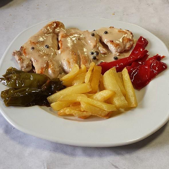 Pechuga con salsa de pimenta, pimientos y patatas @ Bar Marvi