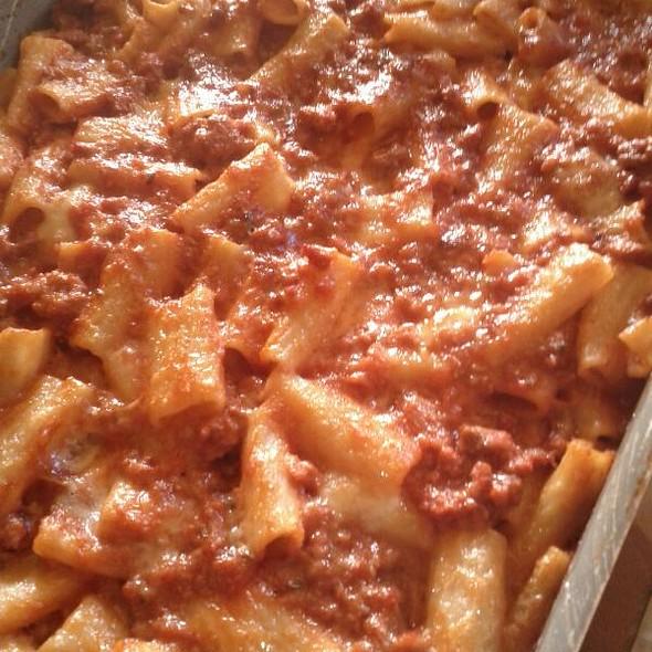 Tortiglioni al Forno con Ragù Sfumato Al Vin Rosè, Mozzarella e Grana Grattugiato