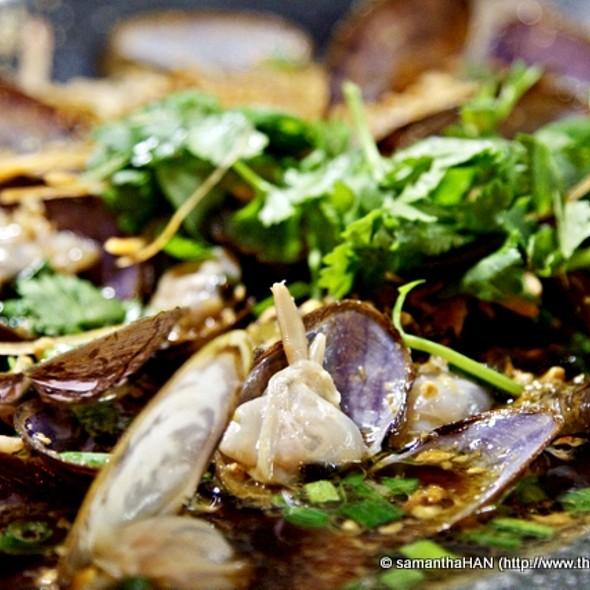 Garlic Steamed Mussels @ 83 Seafood Restaurant