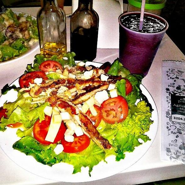 Salada Pomar e Suco de Frutas Vermelhas