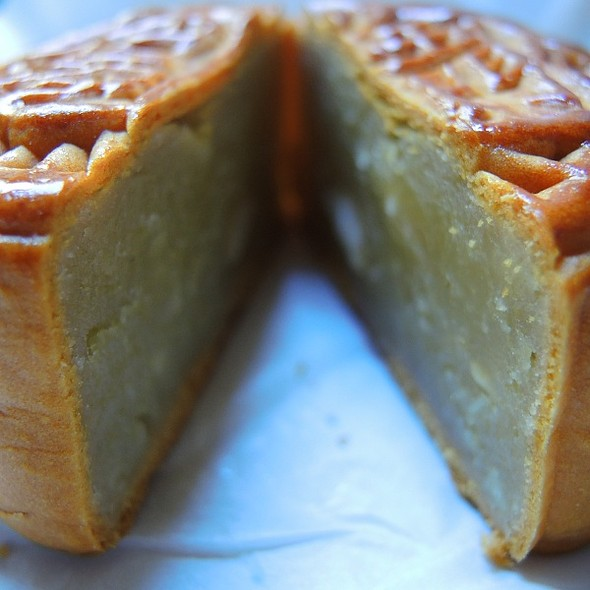 Almond Mooncake 杏仁糊月餅
