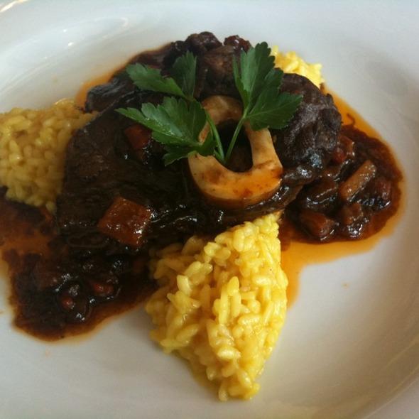 Telecí ossobuco se šafránovým rizotem @ Como Mediterranean Restaurant & Café