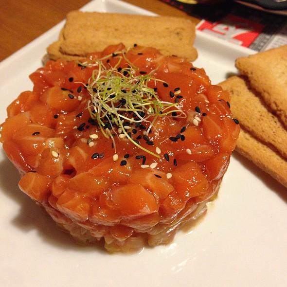 Salmon Tartare Coronets @ Momos, Tapes amb palillos - Restaurant