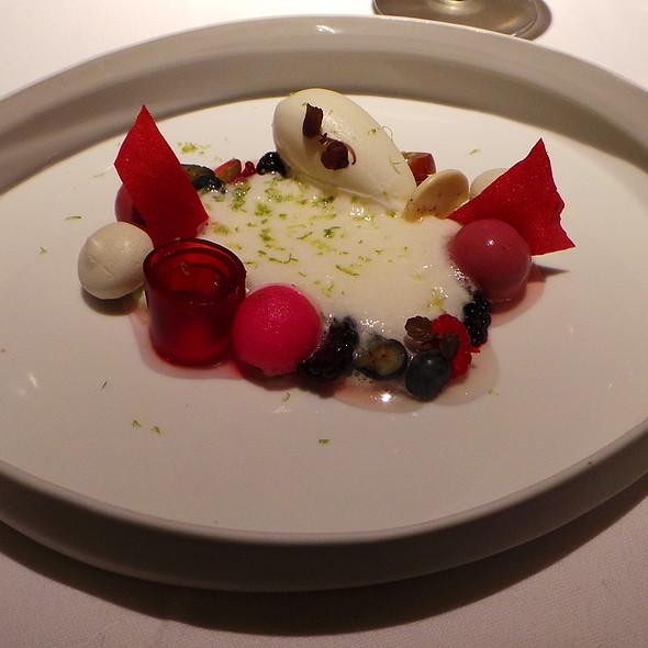 Berries, Cumbava, Tonic, Green Tea, Shiso @ Geisels Werneckhof