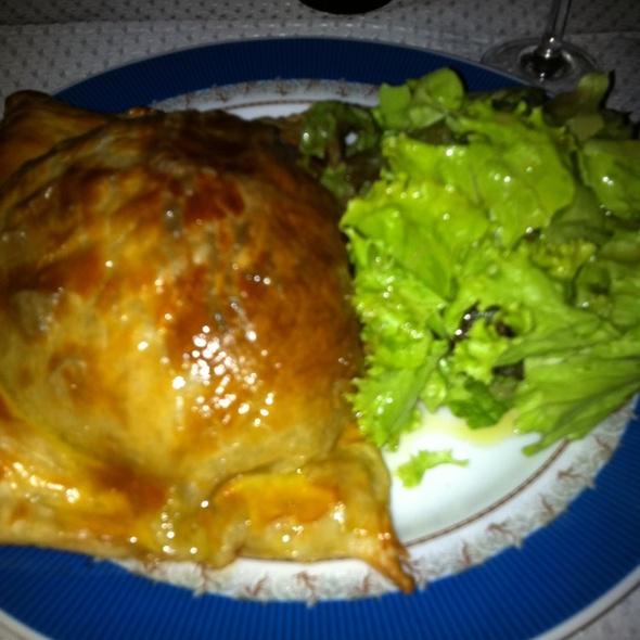 File Com Massa Folhada E Salada Verde @ Bistro Do Jardim