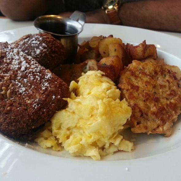 Benjy's Breakfast Plate @ Benjy's On Washington