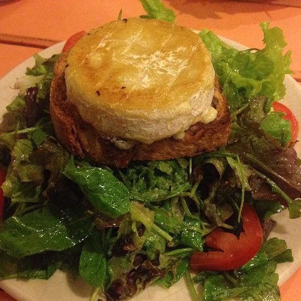 Camembert Tibio Con Pan De Nuez Y Verdes