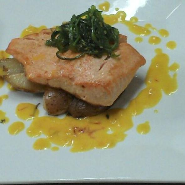 Salmon En Salsa Cremosa De Azafran Y Seaweed Salad En El Tope