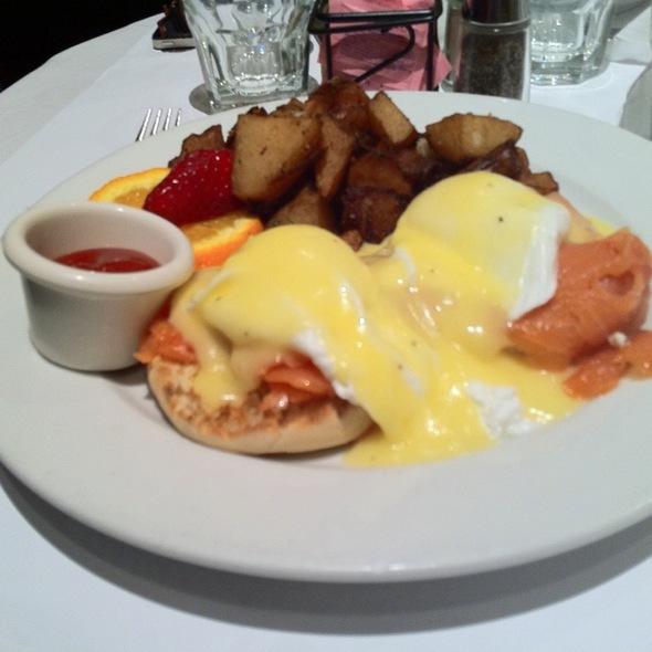 salmon eggs benedict @ Cafe De La Presse
