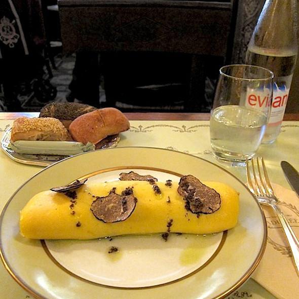 Truffle omelette with mini bread rolls