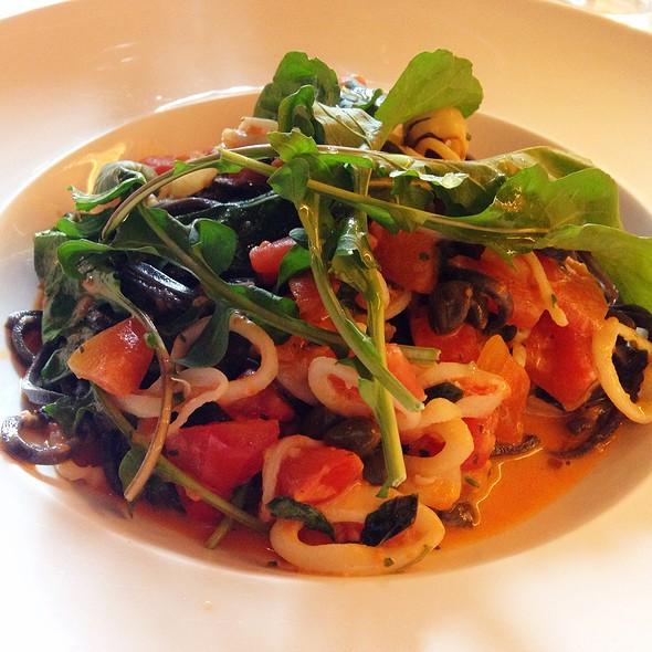 Fetuccine Nero Com Calamari E Molho De Pomodori
