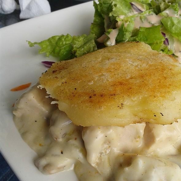 """""""Hamburguesa"""" de yuca y pollo @ Kafe Haus"""