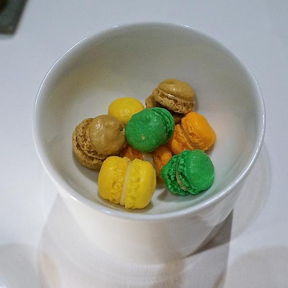 Mini macarons – lemon thyme, cacao nibs, pumpkin, pear