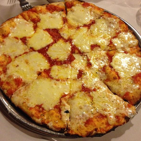 Pizza Muzzarela @ Albamonte Ristorante