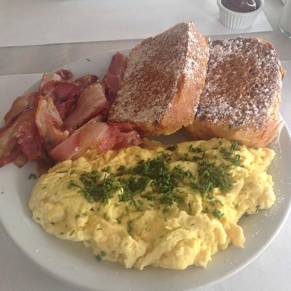 French Toasts Con Bacon Y Huevo @ Café Crespín